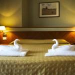 Camera con asciugamano a cigni